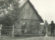 H. Adamson oma maja taustal Viljandimaal Kärstnas 1944 - KM EKLA