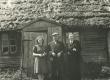 Vasakult: 2) H. Adamson, 3) R. Tammelo H. Adamsoni maja ees Viljandimaal Kärstnas 1944 - KM EKLA