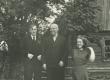 """Hendrik Adamson Viljandimaal Kärstna vallas elupaigas """"Kodu"""" 1944. Vasakult: 1) fotograaf R. Tammelo, 2) H. Adamson - KM EKLA"""