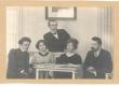 Vasakult: 1) Paul Olak, 2) M. Underi meheõde Auguste Hacker, 3) Marie Under, 4) Karl Hacker. Taga J. Lintrop. U. 1912. a. - KM EKLA