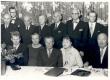 Joh. Aaviku 80. sünnipäev. Istuvad: J. Aaviku väimees, abikaasa, Joh. Aavik, tütar Silvia, sugulane. Seisavad: 2 tundmatut, A. Adson, M. Under, A. Mälk, H. Jänes, R. Sepp - KM EKLA