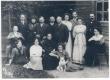 Põld Peeter sen (1848-1919) perekonnaga Puru koolimaja ees 22. VI 1912. Ees vas.: 1) tütar Marta 2) tütar Hedvig 3) abikaasa Julie 4) tütar Margarete. Taga vas.: 1) poeg Engelhart (istub) 2) poeg Reinhold 3) poeg Haraldi abikaasa 4) poeg Harald 5) poeg Aleksander 6) Peeter Põld, sen. 7) Helmi Põld (poeg Peetri abikaasa) 8) poeg Peeter 9) tütar Anna 10) Anna abikaasa Aleksander Mahlstein (Malvet) 11) tütar Emilie (istub) - KM EKLA