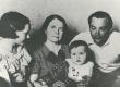 Ernst Enno perekond. Vasakult: 1) tütar Liki, 2) abikaasa Ella Enno, 3) tütre-tütar Elin-Kai, 4) tütremees Enn Toona - KM EKLA