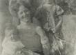 Marie Under tütar Dagmariga (süles) ja külalastega Kassaris [1904] - KM EKLA