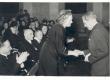 Johannes Aavik õnnitlemas Marie Underit tema 70. sünnipäeval - KM EKLA