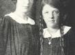 Marie Under'i tütred Lenderi gümnaasiumi õpilastena - KM EKLA