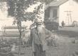 Ernst Peterson-Särgava oma aias 1954. a. - KM EKLA