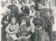 Petersonide perekond 1919/20. a. paiku. Vas. istub Villem Peterson, par. seisab Otto. Ees Ernst Peterson - KM EKLA