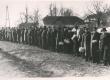 End. Tallinna reaalkooli õpilased rivistuvad E. Peterson-Särgavat tervitama kirjaniku sünnipäeva hommikul 1950-ndail a-il - KM EKLA