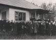 End. Tallinna reaalkooli õpilased E. Peterson-Särgava maja juures sünnipäeva hommikul. Aknal kirjanik. 1950-ndail a-il - KM EKLA