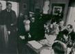End. Tallinna reaalkooli õpilased E. Peterson-Särgava sünnipäeval. 1950-ndail a-il - KM EKLA