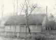 """Hoone Kuressaares Kitsas t. 10, kus 1890-te lõpul elasid Villem ja Aleksander Grünthal. Kooskäimiskoht - """"salong"""" 1899. a-ni - KM EKLA"""