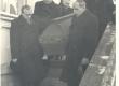 Kirst E. Varese põrmuga kantakse välja ENSV Ülemnõukogu Presiidiumi hoonest. Kannavad: V. Telling, H. Kruus, O. Sepre, E. Päll ja J. Semper - KM EKLA