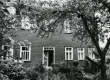 Betti Alveri elukoht koos vanematega Tartus Õnne tän. 23 (õuepäälse maja aia pool küljes kolm viimast akent alumisel korrusel) ca 1930-1936 - KM EKLA