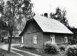 """Betti Alveri Pühaste kodu """"Kolga"""" talu Rõngu-Purtse teed mööda ca 8 km j. pöörata vasakule. Alates vanemate talu ostmisest (ca 1934. a.) külalisena, 1945-1950 pidevalt. Foto 1982. a - KM EKLA"""