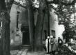 Betti Alveri elukoht Tartus Kingissepa tän 67 (end. Annisti maja)rõduga tuba II korrusel 1982. a. Maja ees Betti Alver, Renate Tamm, Velly Verev ja Linda Nigul - KM EKLA