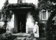 Betti Alveri elukoht alates 1957. a. Tartus Koidula 8-2. Maja ees Betti Alver 1982. a - KM EKLA
