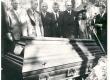 L. Koidula kirstu juures Metsakalmistul. Vas. 1. Hendrikson, 2. M. Raud, 3. J. Semper, 4. N. Andresen, 5. J. Tellman, 6. dr. Press - KM EKLA