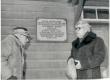 Johannes Aaviku Mälestustahvli avamine Kingissepas Vallima t. 7. Joosep Aavik (Joh. Aaviku onupoeg), Aadu Hint - KM EKLA