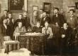 """""""Teataja"""" toimetus 1903. aastal. Istuvad vasakult: 1. A. Laikmaa, 2. M. Martna abikaasa, 3. M. Martna tütar, 4. A. Laikmaa õde Anni, 5. K. Päts; seisavad 1. E. Virgo, 2.-3. M. Martna tütar ja poeg, 4. H. Pöögelmann, 5. E. Vilde, 7. J. V. Veski, 8. M. Martna - KM EKLA"""