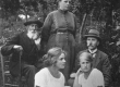 Vas.: Jaan Kriips (P. Grünfeldti äi), Anna-Maria Grünfeldt (seisab), Gerda Grünfeldt (ees), Else Grünfeldt (Must), Peeter Grünfeldt 1922 Pukas  - KM EKLA