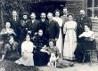 Puru koolijuhataja perekond u 1912. (Keskel) koolijuhataja Peeter Põld, tema ees keskel istub abikaasa Julie, taga paremal minia Helmi, poeg Peeter, tütar Anna, ta abikaasa A. Malvet (Mahlstein), istub paremal tütar Helene-Emilie, vas istub tütar Marta, tütar Hedvig, emast paremal koeraga tütar Margarete, taga (vas) istub Engelhart, seisavad poeg Reinhold, minia Selma, poeg Harald, poeg Aleksander - KM EKLA