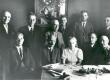 Noor-Eesti kirjastuse natsionaliseerimisel 27. juulil 1940. vasakult: I rida: ?, O. Luts, ?, A. Kiviste, K. Melso. II rida: J. Ainelo, F. Tuglas, K. Laagus, ?, Ad. Luiga, V. Sumberg (?)  - KM EKLA