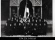 Korporatsioon Vironia liikmed Artur Perna (1903/4), Egon Philippon, Herman Perna, Edgar Kuusik, Johan Kukk (1905/6), Karl Jürgens, Chr. Zimmermann (as), Ferdinand Mitt (asut), Erich Emberg (1902/3), Jakob Simenson (1904/5), Eduard Ehrlich, Ludvig Saukas (1902/3), Johan Sakkeus, Eduard Jemm (1905/1906), Peeter Laas, Jakob Roosson, Jaak Lilienkampf (asut), Karl Teetsov (1901/2), Artur Hüüs (1903/4), Mats Kissa, Karl Schuhman, Nikolai Narusk, Richard Kaho, Evald Maltenek, Jaan Mägi (1904/5), Willem Wöhrmann (1905/6), Karl Mägi (1903/4), Herman Mossa (asut), Karl Tofer (1905/6), Märt Raud, Aleksander Iir (asut), Müürsepp, Johan Sihver (1904/5), Willem Reinik (1902/3), Johan Kalm, Gustav Jonson, Haugas, [Aug. Jõuder]. Pildil puuduvad Ferdinand Sägi ja Alfred Kalm. 26.11.1906 - EFA
