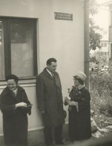 J. Kärneri mälestustahvli avamine Tartus, V. Kingissepa tänav 59  25. sept. 1966. a. Paremalt: Hilda Kärner, J. Lott ja L. Nigul