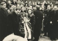 Pärgade panek Jaan Kärneri hauale. Esiplaanil Abel Nagelmaa ja Ellen Veskisaar