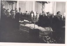 Anna Haava puusärgi juures auvalves 17.03.1957. Abel Nagelmaa, Eduard Laugaste, Harald Peep, J. Käosaar, Udo Kolk. Kõneleb Paul Rummo.