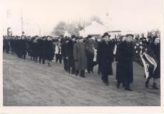 Anna Haava matus. Delegatsioonid pärgadega teel kalmistule.