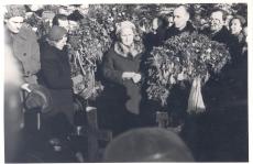 Anna Haava matus Tartu Maarja kalmistul. Keskel kõnelemas Ellen Niit, temast paremal Paul Rummo, J. Feldbach ja Helene Siinisker.