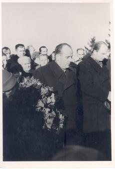 Anna Haava matus Tartu Maarja kalmistul. Paremalt  esimene skulptor Paberit, teine ENSV kultuuriministri asetäitja E. Jaanimägi.