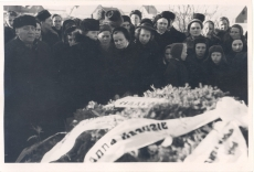 Anna Haava matus Tartu Maarja kalmistul. Pärgadega kaetud haud.