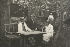 August Kitzberg abikaasa ja pojaga Kuressaares (Sadama tn 2 a) [1927. a. suvel]