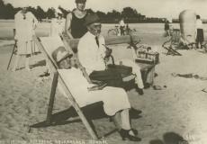August Kitzberg abikaasaga Pärnus suvitamas 1927. a