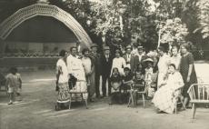 August Kitzberg abikaasaga (vasakult 6. ja 7.) Kuressaares suvitajate seas