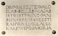 Mälestustahvel Fr. R. Kreutzwaldi maja seinal Võrus