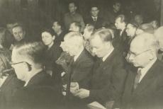 Eesti Nõukogude Kirjanike Liidu asutamine Moskvas 1943. a.  II reas: 1) August Alle, 2) Paul Rummo, 4) Olga Lauristin, 6) Eugen Kapp