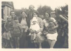 Johannes Aaviku tädi (vas. II) täditütar Marie Sepp (taga) ja tädipoeg Oskar Sepa naine ja lapsed