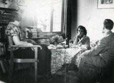 Betti Alver, Kersti Merilaas ja Voldemar Erm 1958. a Tartus Koidula tn 8-2