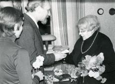 Betti Alveri 75. a. juubeliõhtu Tartu Kirjanike majas 27. nov. 1981. a. Poetessi õnnitleb Enn-Kaarel Hellat