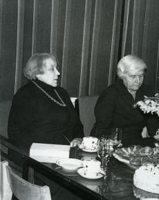 Betti Alver ja Renate Tamm poetessi 75. juubeliõhtul Tartu Kirjanike majas 27. nov. 1981. a