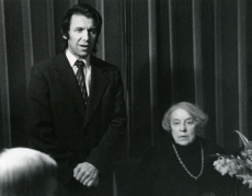 Betti Alveri 75. juubeliõhtu Tartu Kirjanike majas 27. nov. 1981. a. Kõneleb Hando Runnel, istub Betti Alver