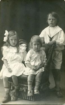 Hella, Ilmari ja Heiti Talvik Pärnus 1911. a.
