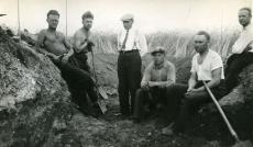 Heiti Talvik (vas.1.), O. Reis, R. Indreko, E. Kirst, J. Kimmel, Al. Isotamm arheoloogilistel kaevamistöödel Asva linnamäel Saaremaal [1931. või 1934. a]