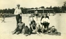 Heiti Talvik (keskel toolil istumas), [Ilmari Talvik], Virve Huik jt rannas [Pärnus või Narva-Jõesuus 1920. aastate lõpul]