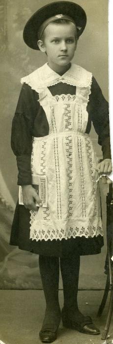 Betti Alver algkooli õpilasena u 1915. a