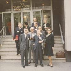 Leili ja Karl Ast üleval, esireas vas. 1) Kõresaar, 3) Ants Oras, 4) Edgar Valter Saks, 5) Salme Ekbaum New Yorgi ülikooli trepil 1965. a